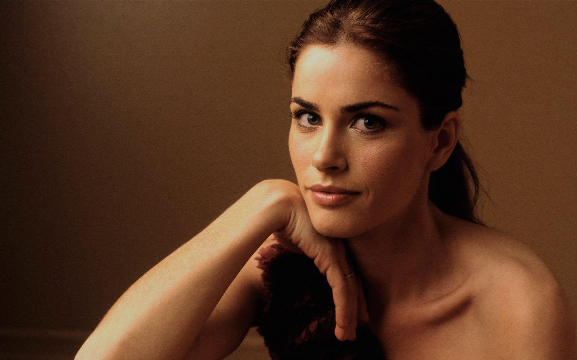Actress amanda peet cute face stills