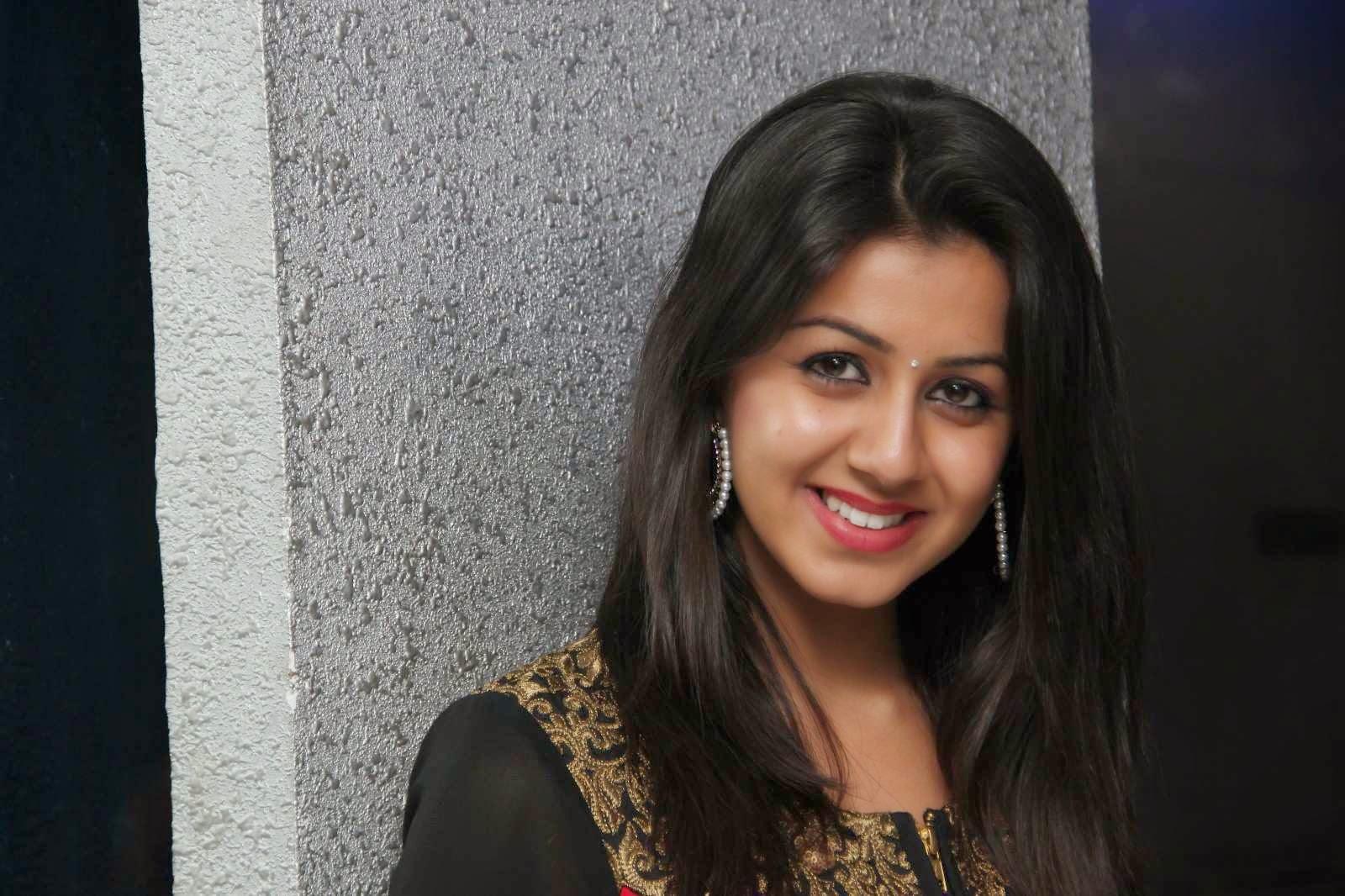 Cute face nikki galrani tamil actress photos