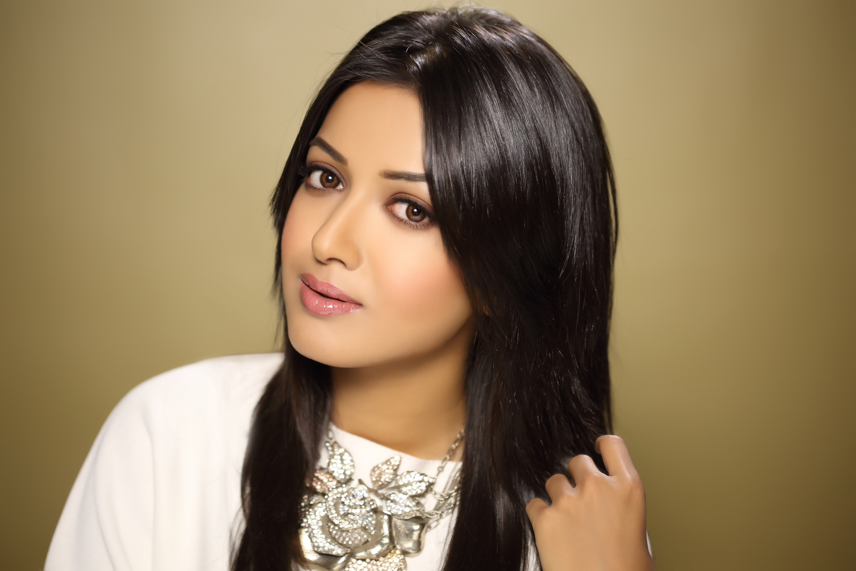 Catherine tresa hot tamil actress white dress pictures