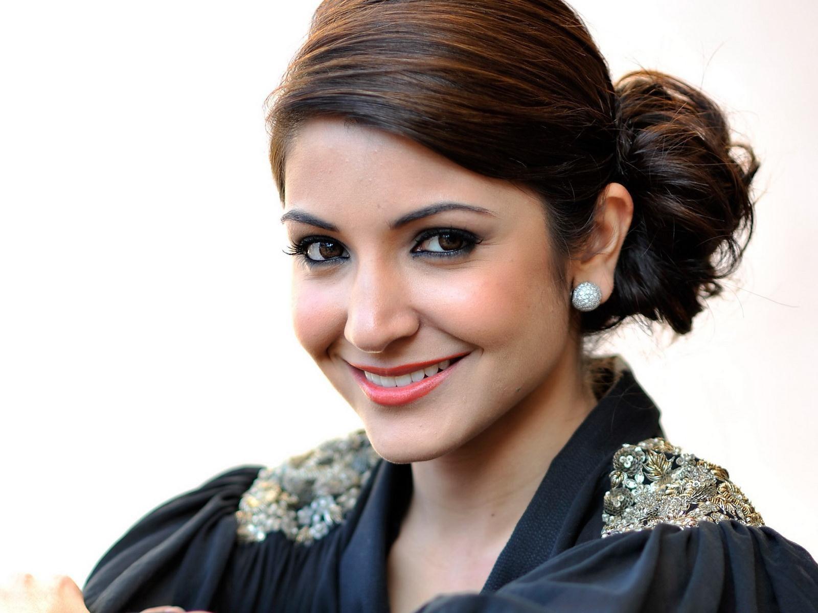 Anushka sharma cute face wallpaper