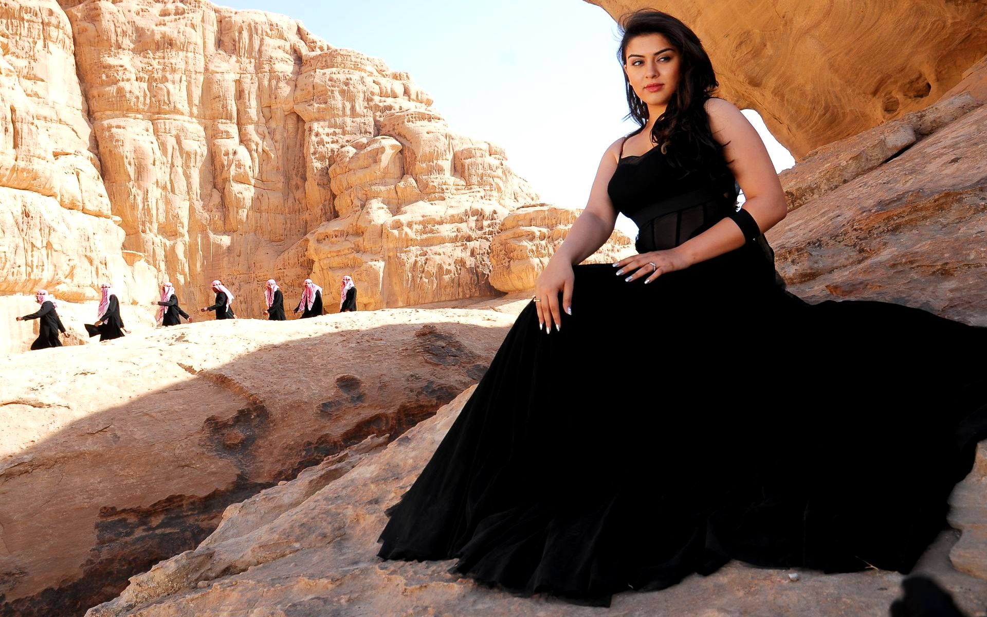 Hansika motwani unseen black dress wallpaper