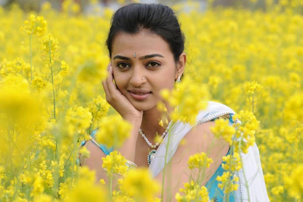 Radhika apte actress hot saree wallpaper