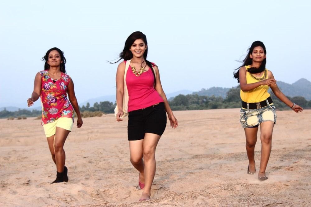 Yamini bhaskar dance pictures in titanic movie