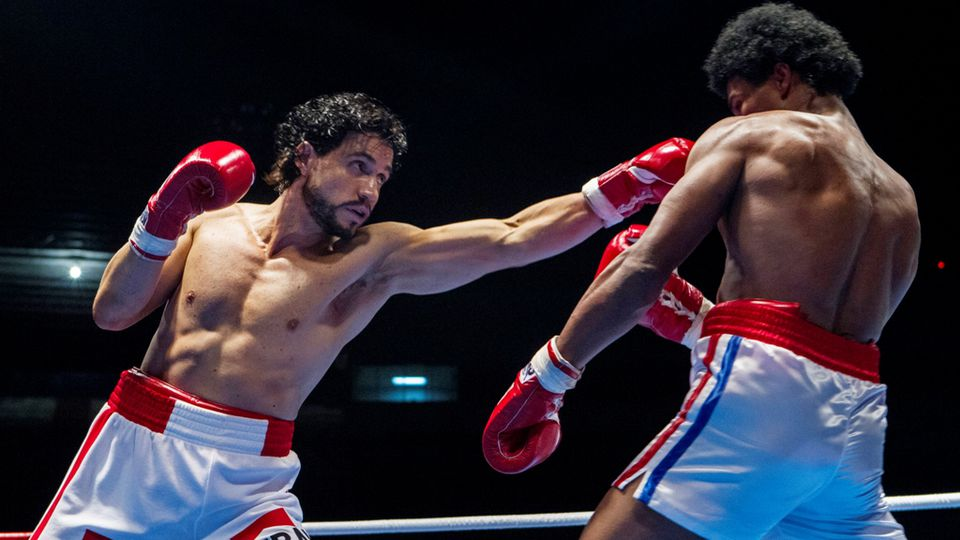 Hands of stone film pictures