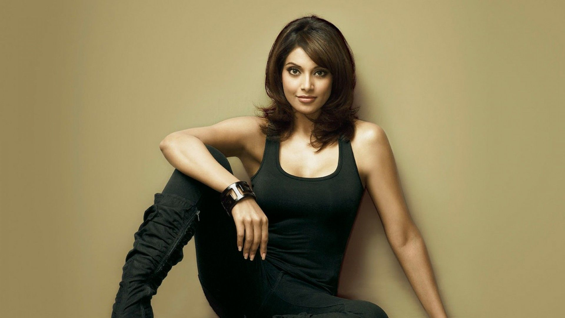 Bipasha basu black dress wallpaper