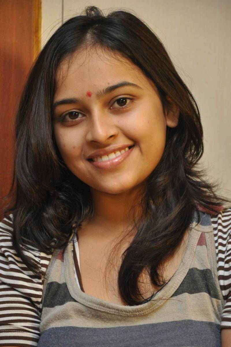 Sri divya jeans tshirt cute face stills