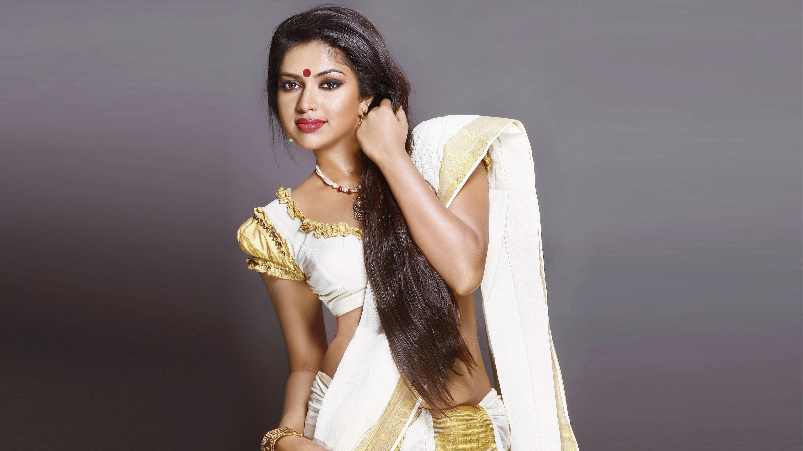 Amala paul heroine kasavu kerala saree pictures