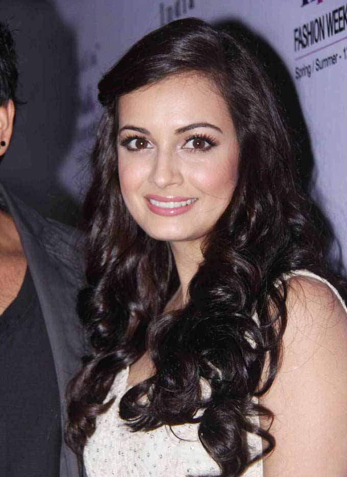 Dia mirza hair rolling pictures