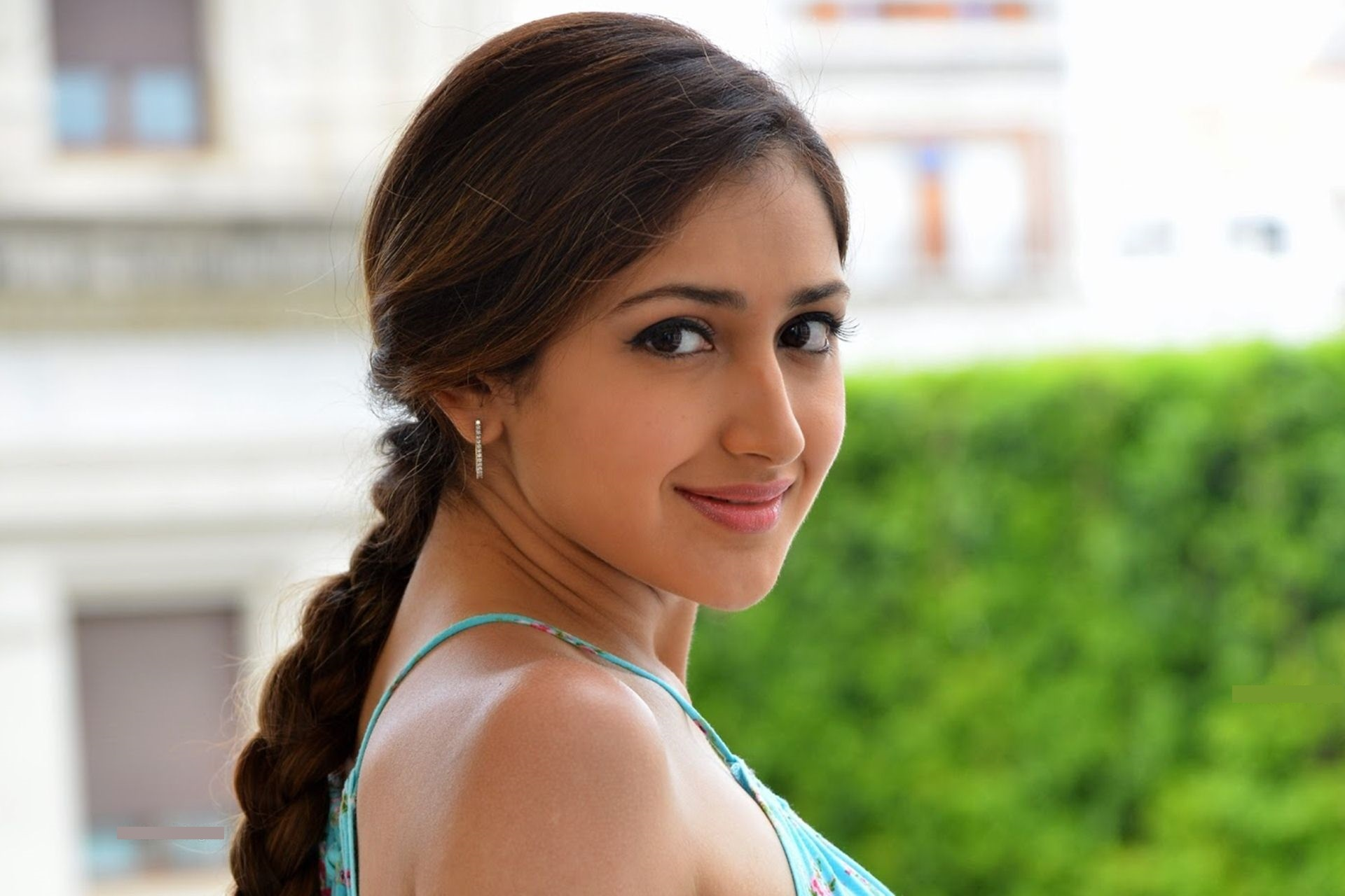 Sayesha saigal cute smile photos