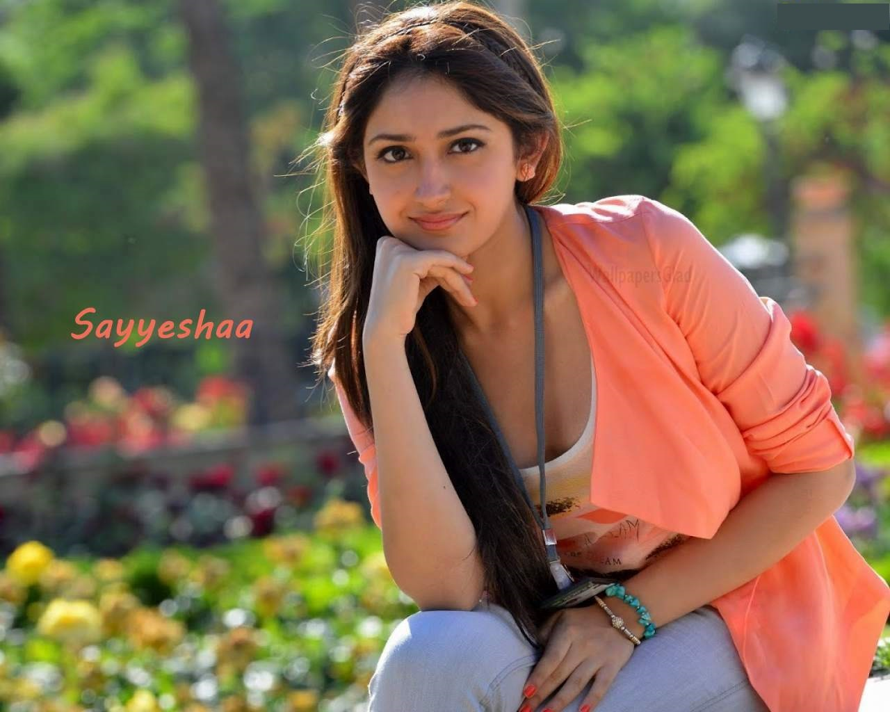 Sayesha saigal pink dress photos