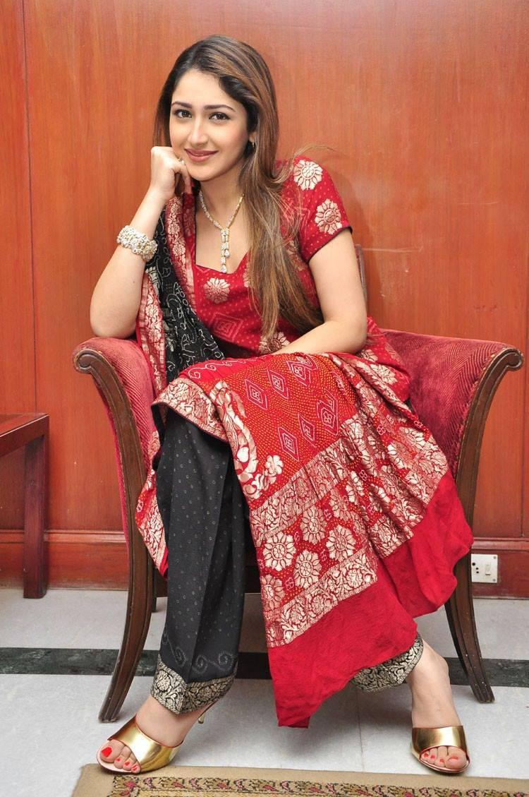 Sayyeshaa saigal red dress desktop fotos