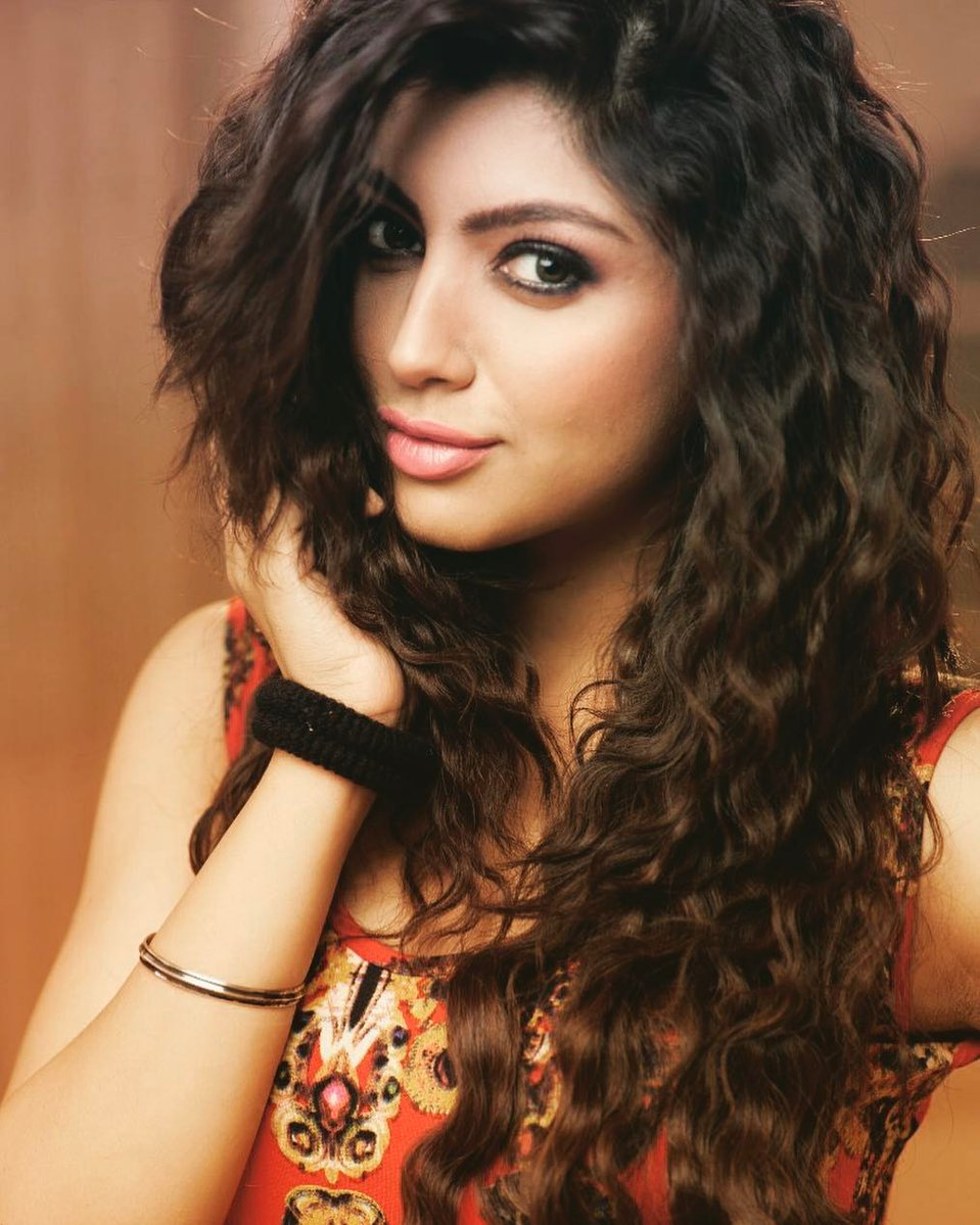 Akanksha puri rolling hairstyle photos