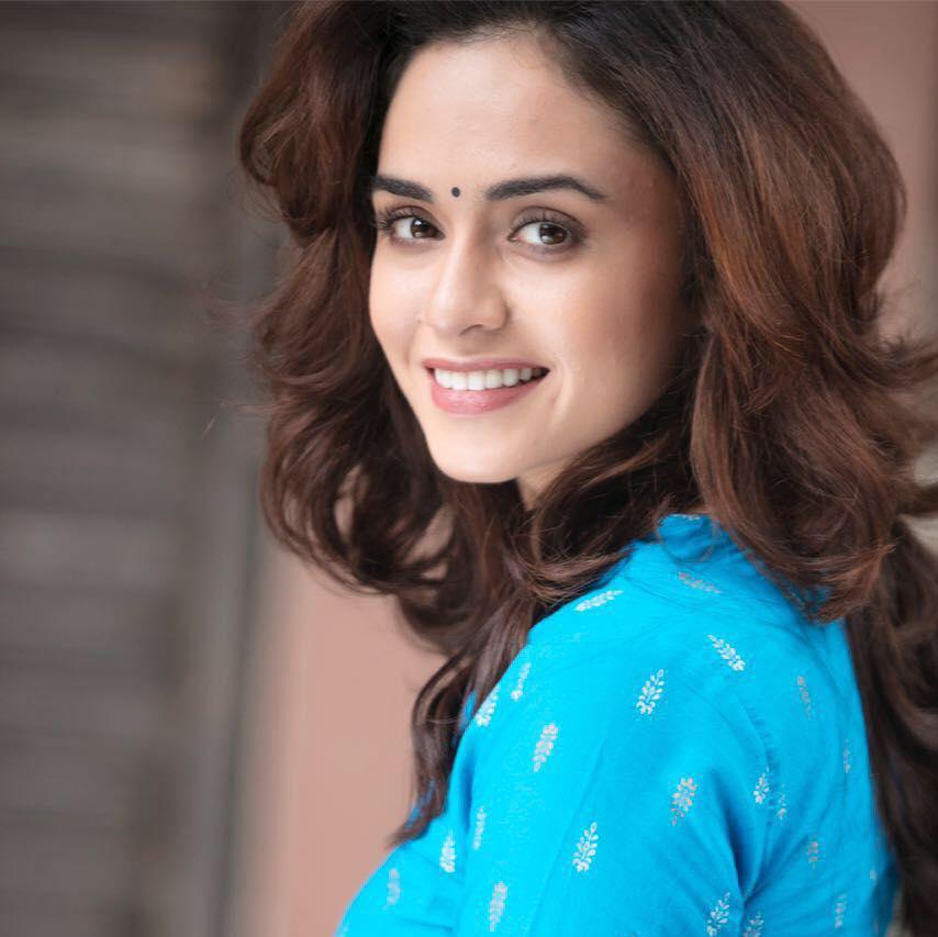 Amruta khanvilkar face photos