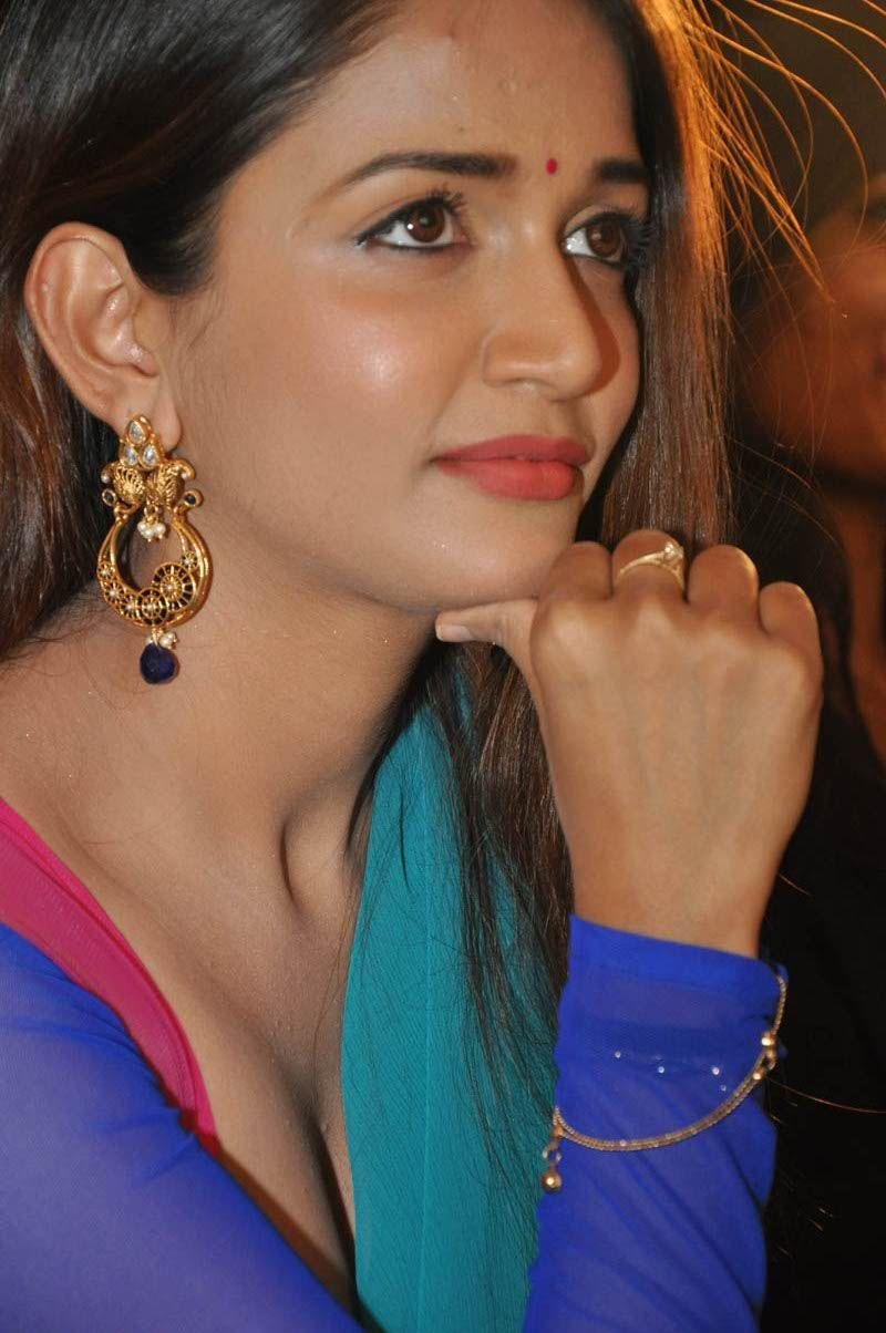 Anaika soti saree cute pictures