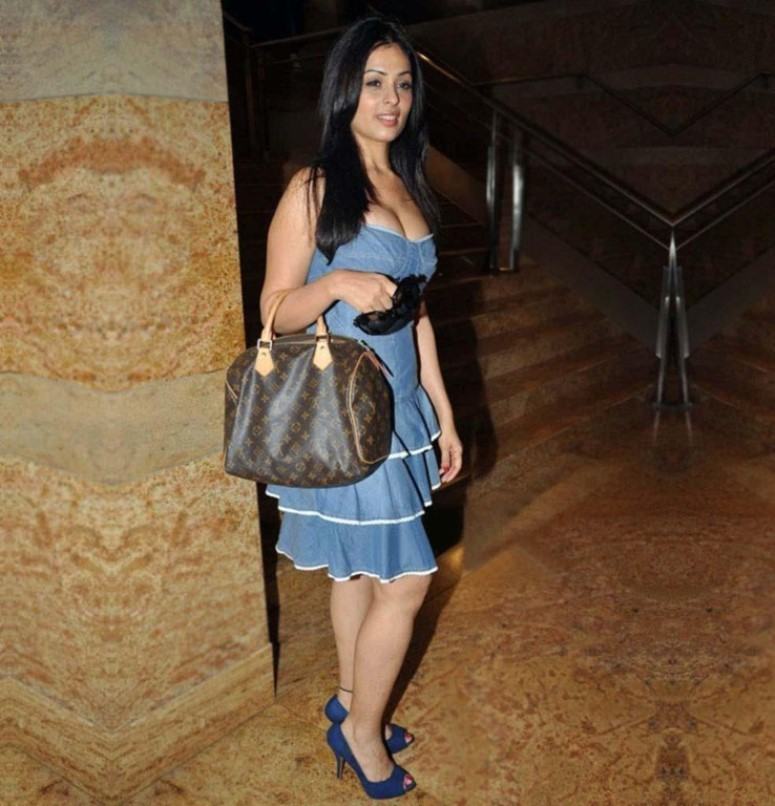 Anjana sukhani night in street photos