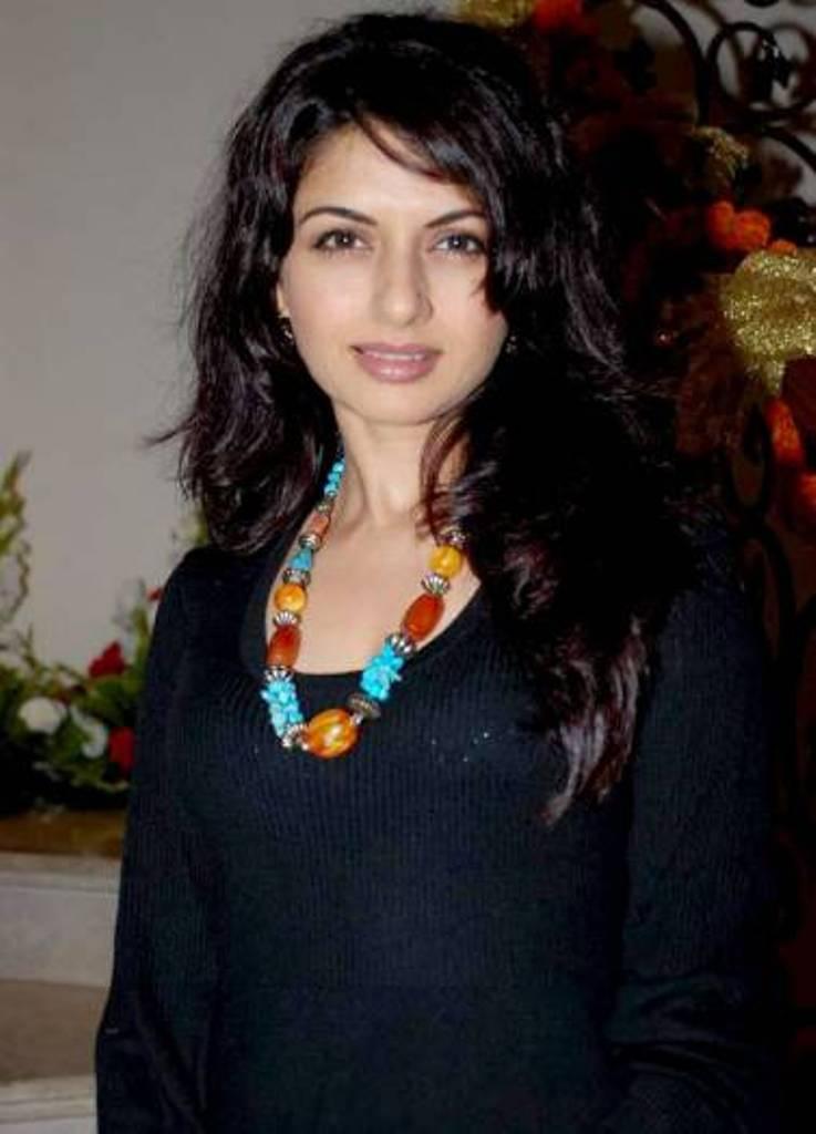 Bhagyashree patwardhan black dress pics