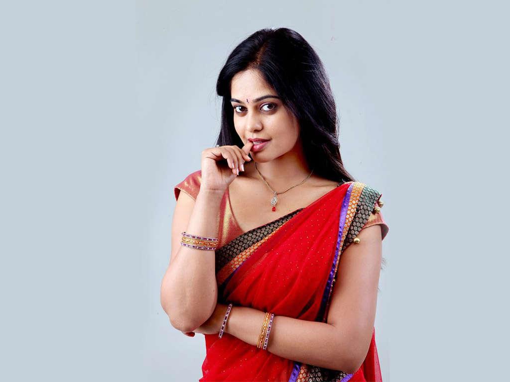 Bindu madhavi red saree pictures