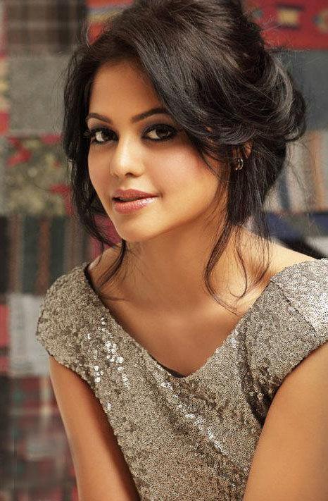 Bindu madhavi romantic look images