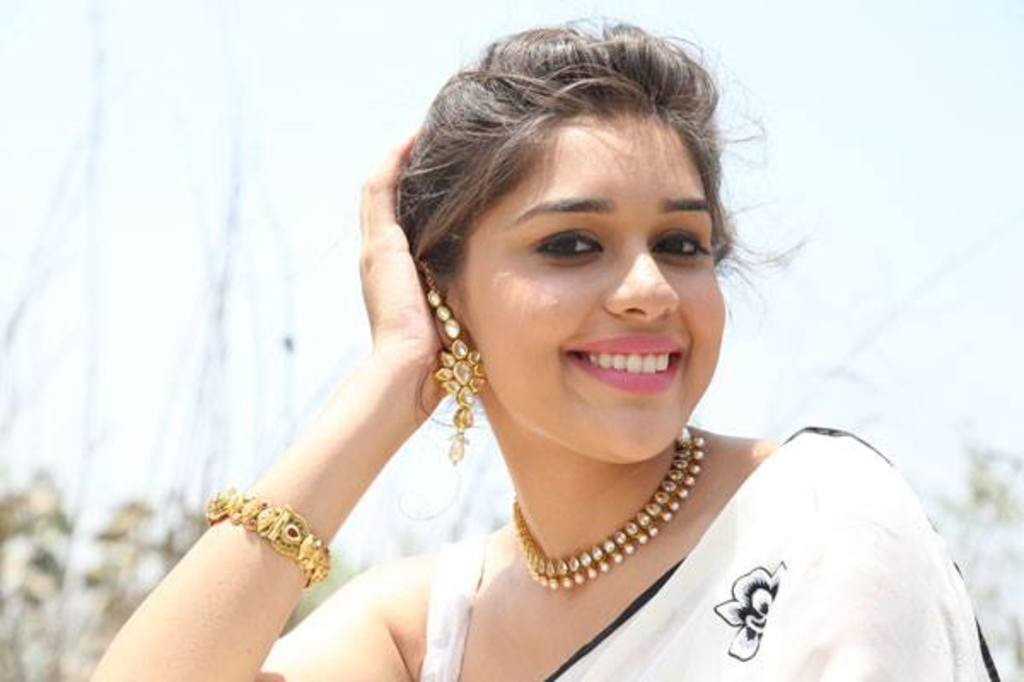 Eisha singh smile in saree photos