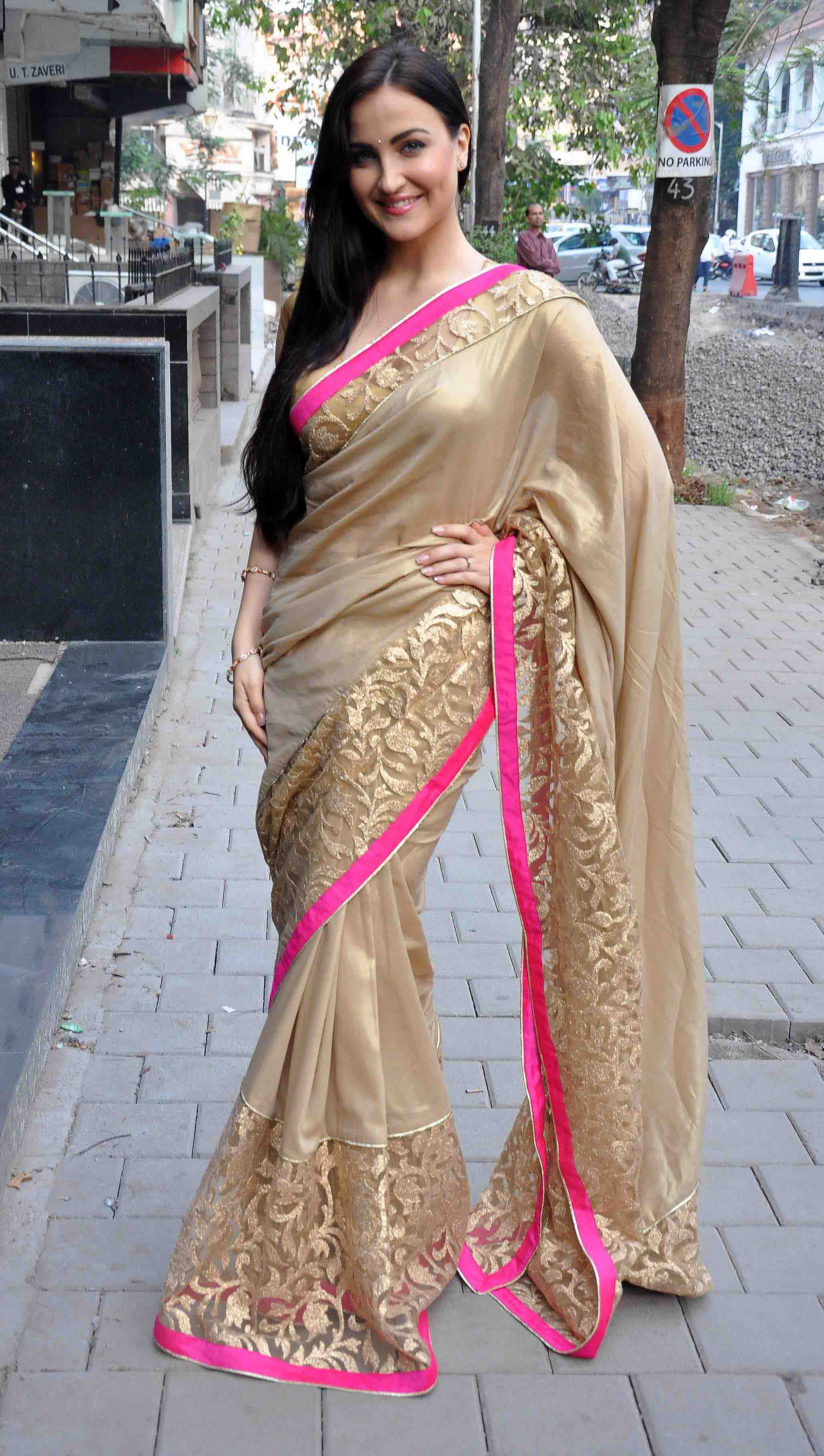 Elli avram saree in public photos