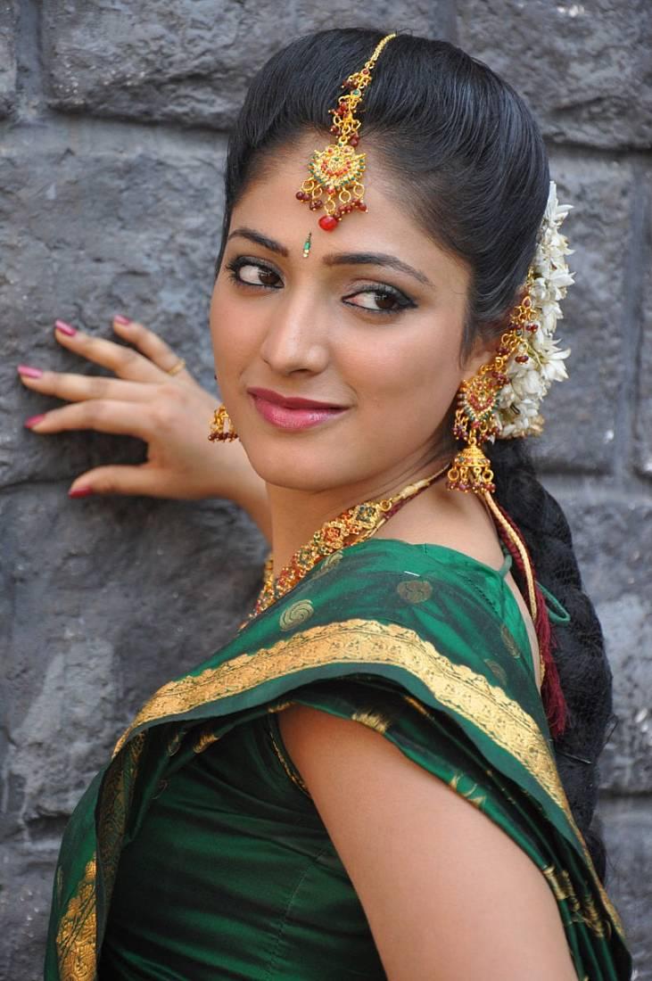 Haripriya saree side look photos
