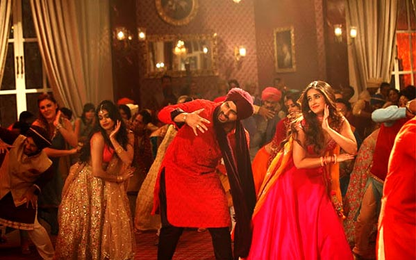 Mubarakan arjun kapoor ileana dance photos