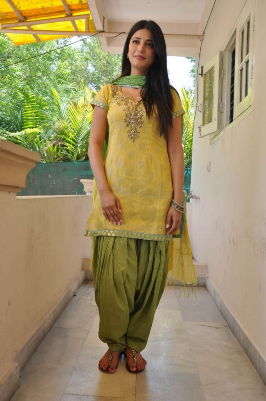 Shruti haasan yellow dress photos