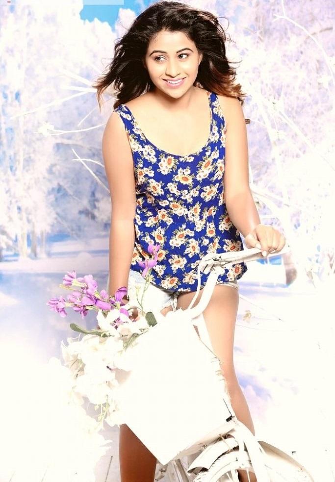 Actress manali rathod smile pose wallpaper