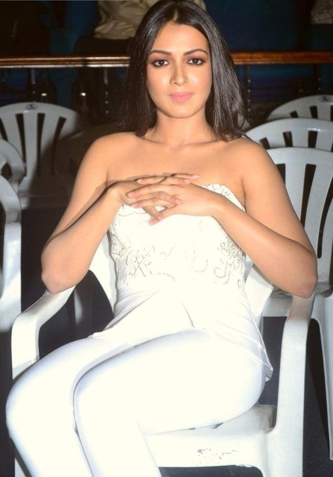 Aditi miyakal white dress photos