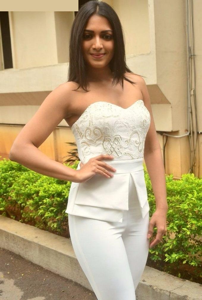 Aditi miyakal white dress wallpaper