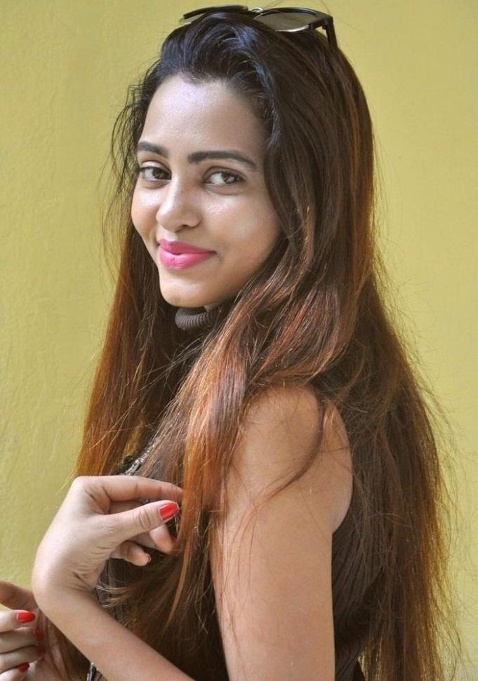 Geeta shah black dress interview wallpaper