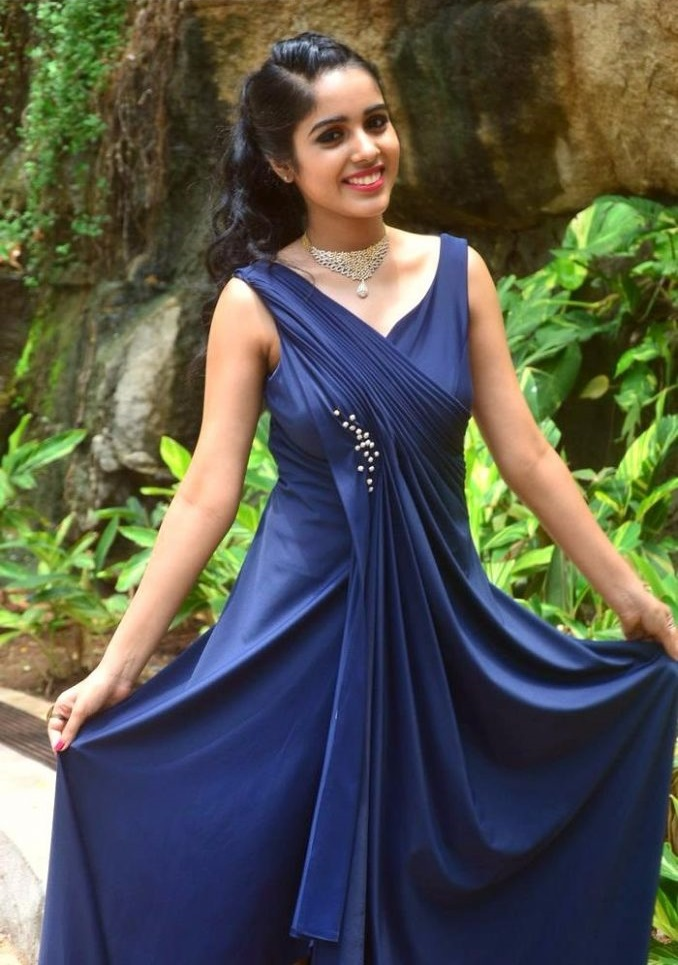 Keerthi blue dress wide fotos