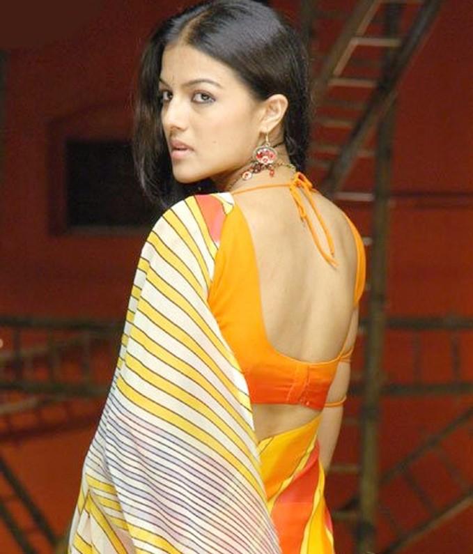 Kirat bhattal saree backless photos