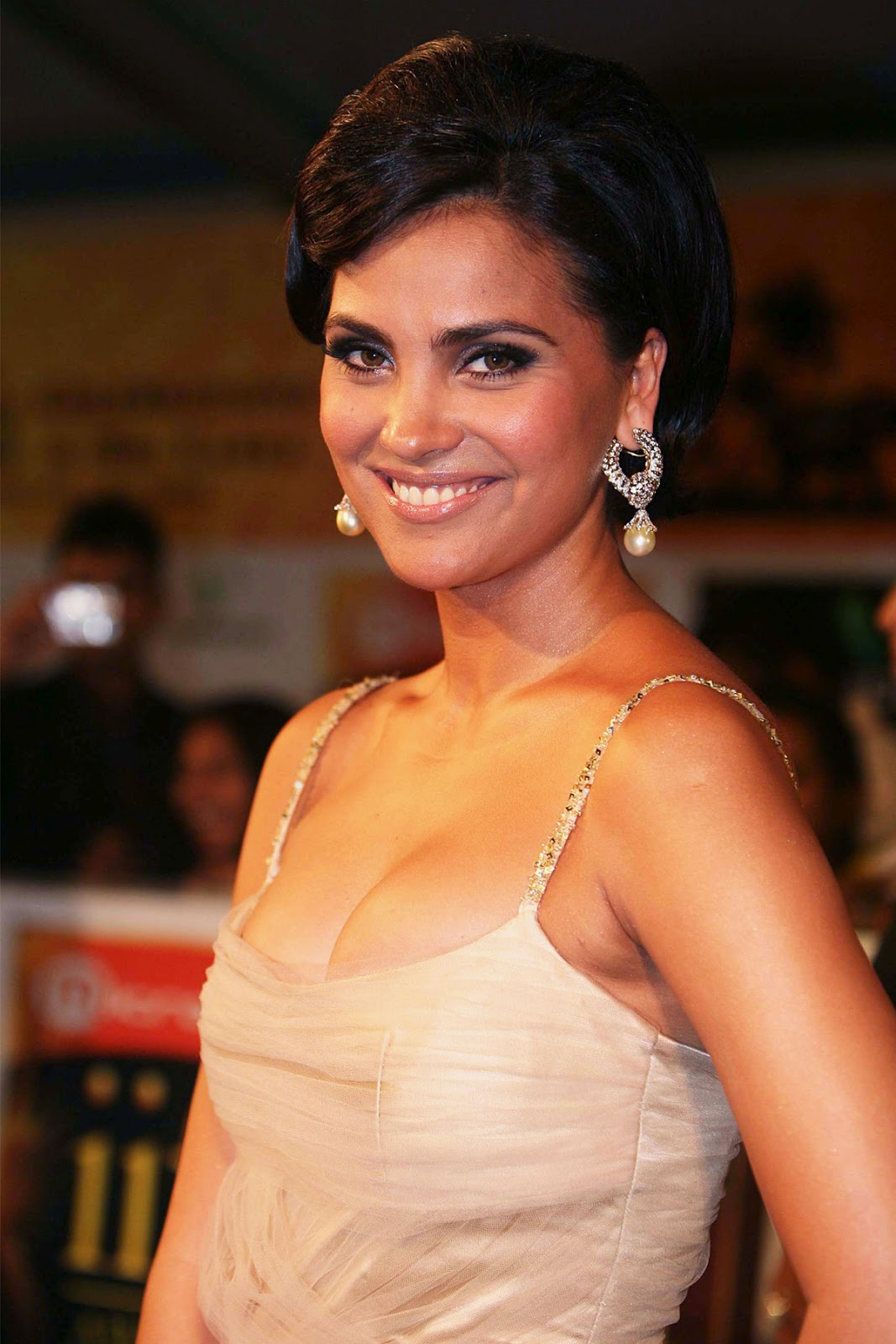 Lara dutta side pictures