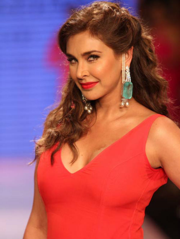 Lisa ray red dress photos