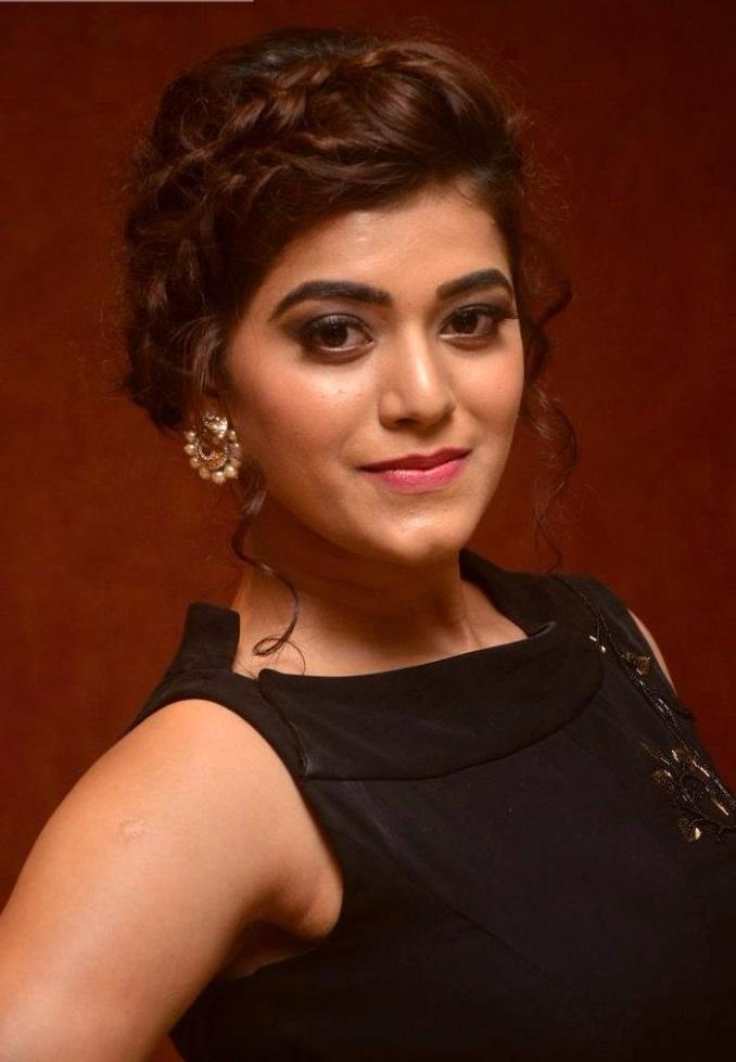 Yamini bhaskar black dress photoshoot wallpaper