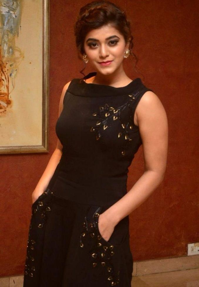 Yamini bhaskar black dress smile pose image