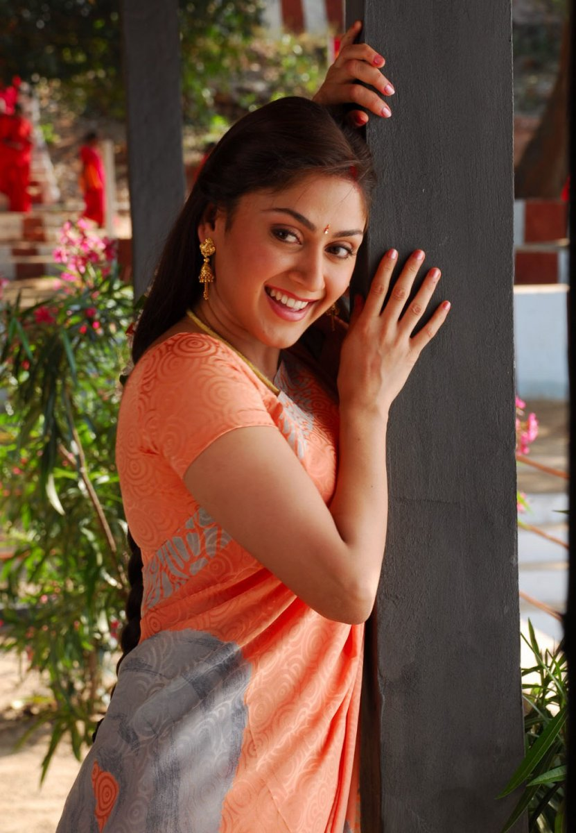 Manjari phadnis saree in smile pics