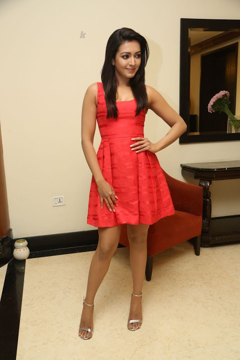 Catherine tresa red short dress smile pose fotos