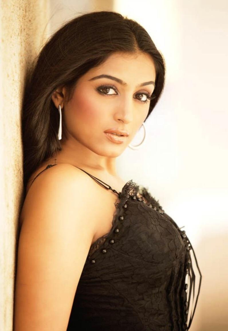 Padmapriya romantic look pics