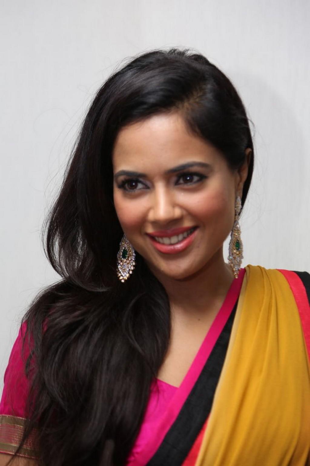 Actress sameera reddy saree pics