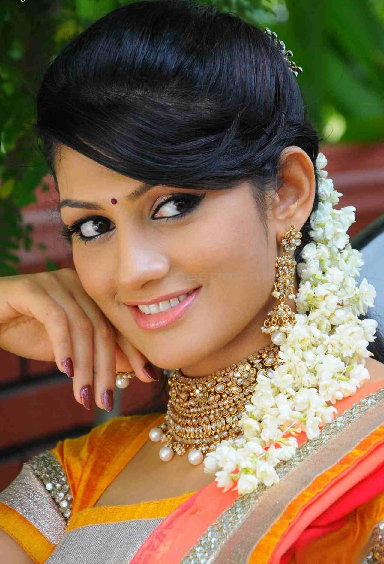 Radhika kumaraswamy cute saree face pictures