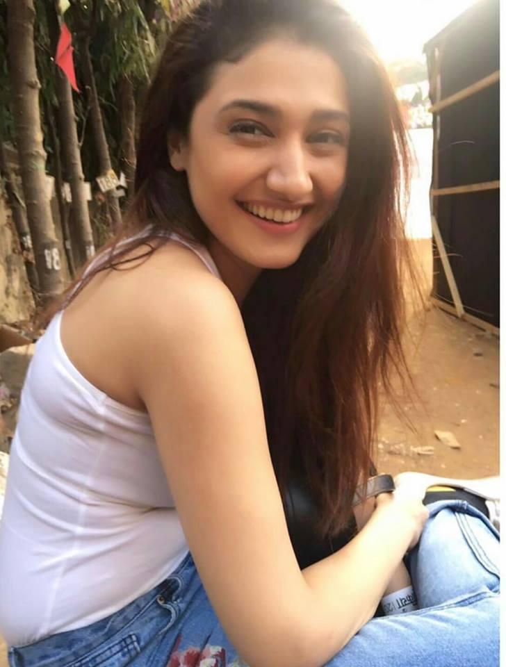 Ragini khanna smile photos