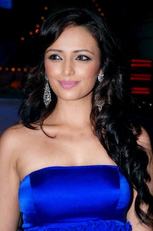 Roshni chopra face photos