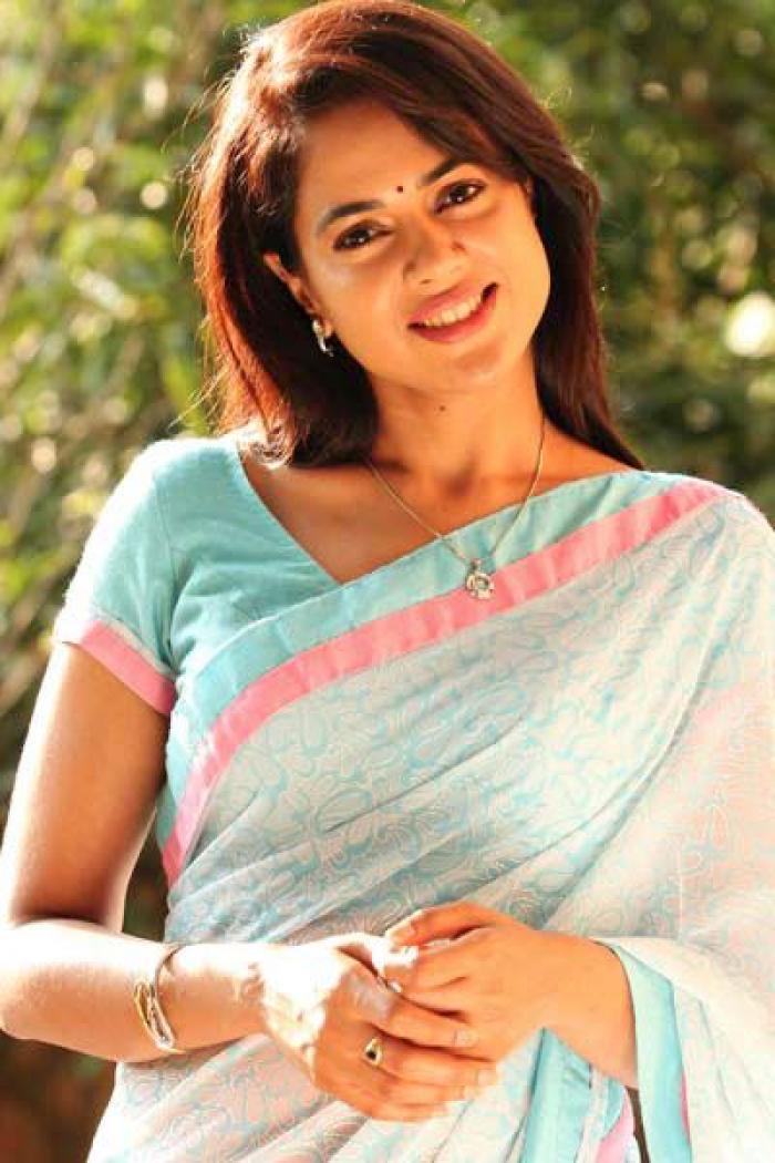 Sameera reddy saree smile photos
