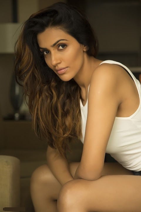 Akshara gowda actress smile pose image