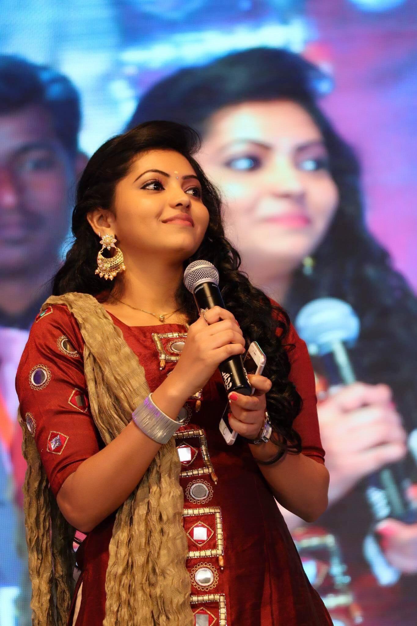 Athulya ravi glamour stills