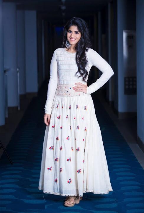Megha akash white dress smile pose fotos