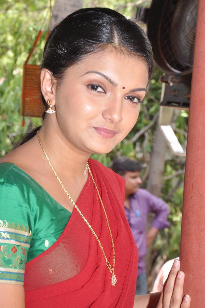 Saranya mohan red saree pics