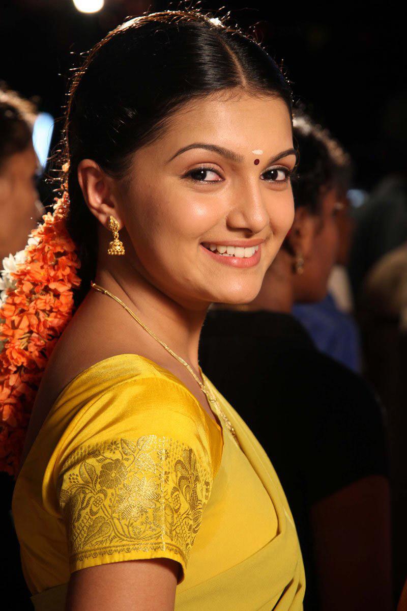 Saranya mohan saree smile photos